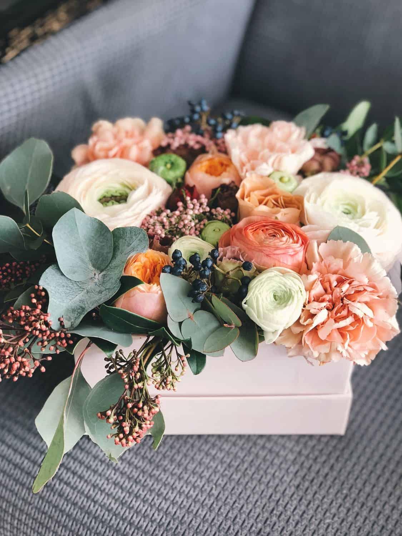 Blomster og gavekurve der bringer smil frem