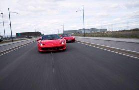 Passager I Ferrari På Gade